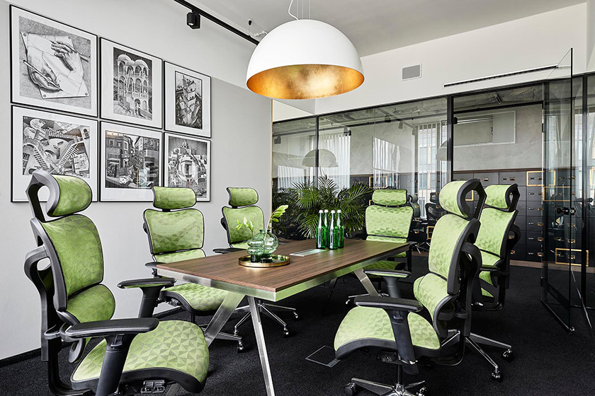 Kolekcja Foteli Ergo obejmuje szeroką ofertę nowoczesnych foteli ergonomicznych do pracy przy biurku. Fotele ergonomiczne są niezwykle wygodne, użytkownik ma możliwość wyregulowania fotela w zależności od swoich potrzeb.