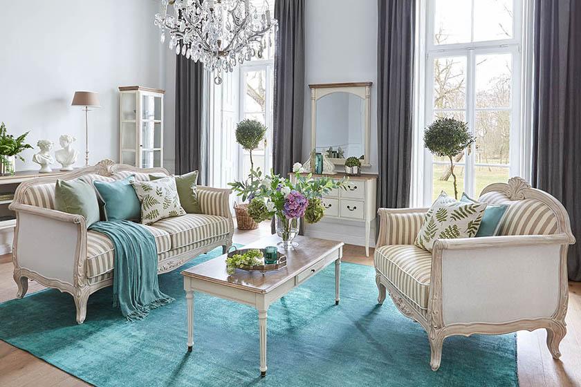 Die Coppelia-Kollektion ist vom provenzalischen Stil, der französischen Landschaft und der idyllischen Atmosphäre inspiriert. Zart geschnitzte florale Motive wurden in den Möbelentwürfen verwendet. Diese Vintage Möbel haben weich profilierte, gebogene Beine und Metallgriffe mit floralen Ornamenten.