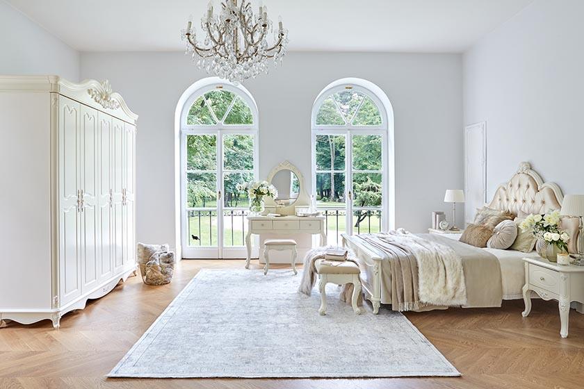 Kolekcja mebli La Perle to wyjątkowe zaproszenie do świata baśni, gdzie wyrafinowany luksus miesza się z piękną formą. Wyszukane zdobienia przełamane są stonowaną waniliową bielą. Elementy charakterystyczne kolekcji La Perle to bogata ornamentyka i rzeźbienia, błyszczące gałki i uchwyty, złocone różane motywy.